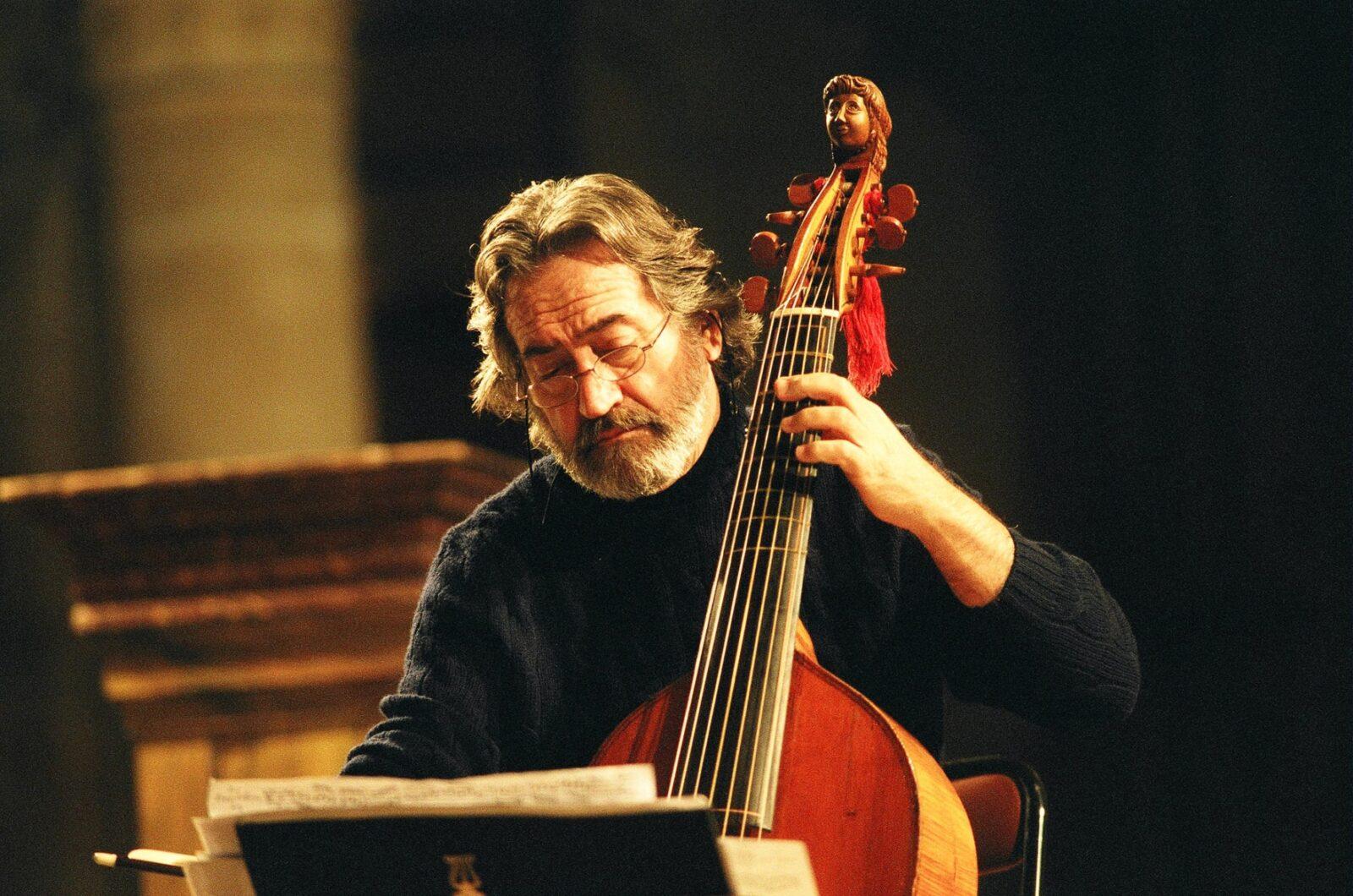 Жорди Саваль: «Купил виолончель, месяца три играл на ней сам, а затем нашел педагога».